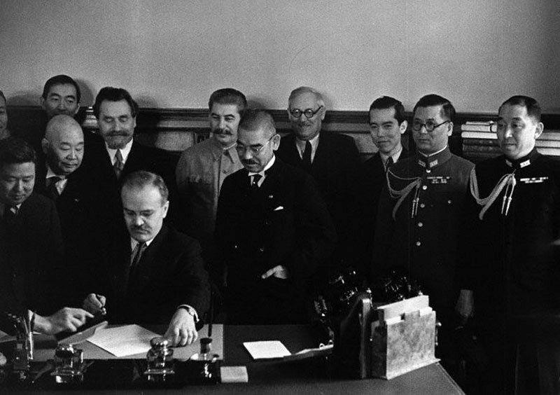 Вячеслав Молотов и Ёсукэ Мацуока подписывают пакт о нейтралитете между СССР и Японией, 1941 год.