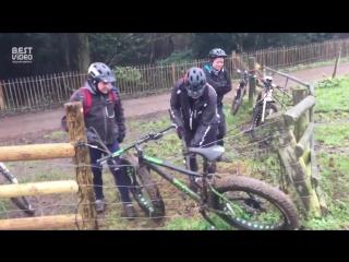 Трое мужчин пытаются вытащить велосипед, застрявший в электрическом заборе