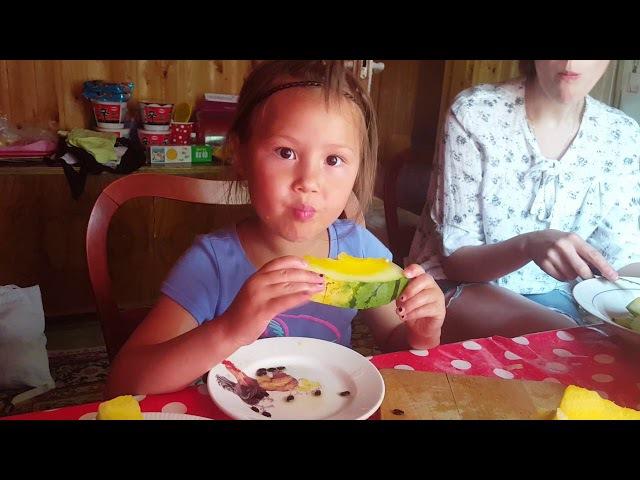 (표정주의)노란 수박을 처음으로 먹어 본 귀요미 첫째딸