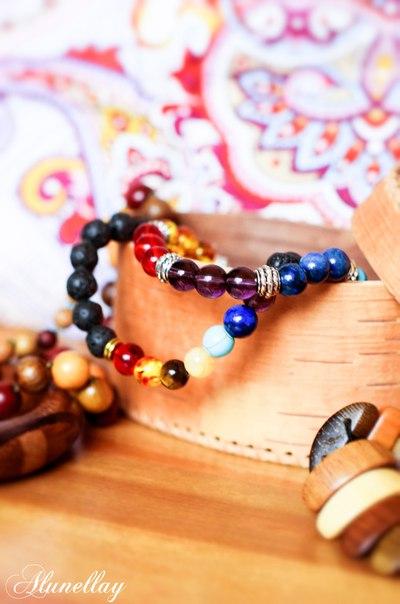 ЯРКИЕ БРАСЛЕТЫ ИЗ НАТУРАЛЬНЫХ КАМНЕЙ И СТЕКЛА Веселыми разноцветными браслетами