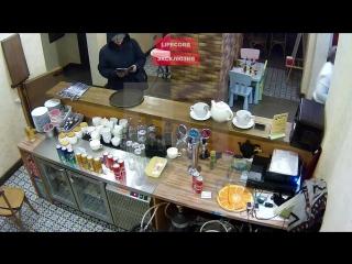 Клиентка кафе, заказавшая 10 пицц и газировку, убежала со смартфоном официантки
