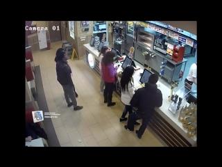 В Курске ищут двух девушек, подозреваемых в краже аудиоколонок в кафе