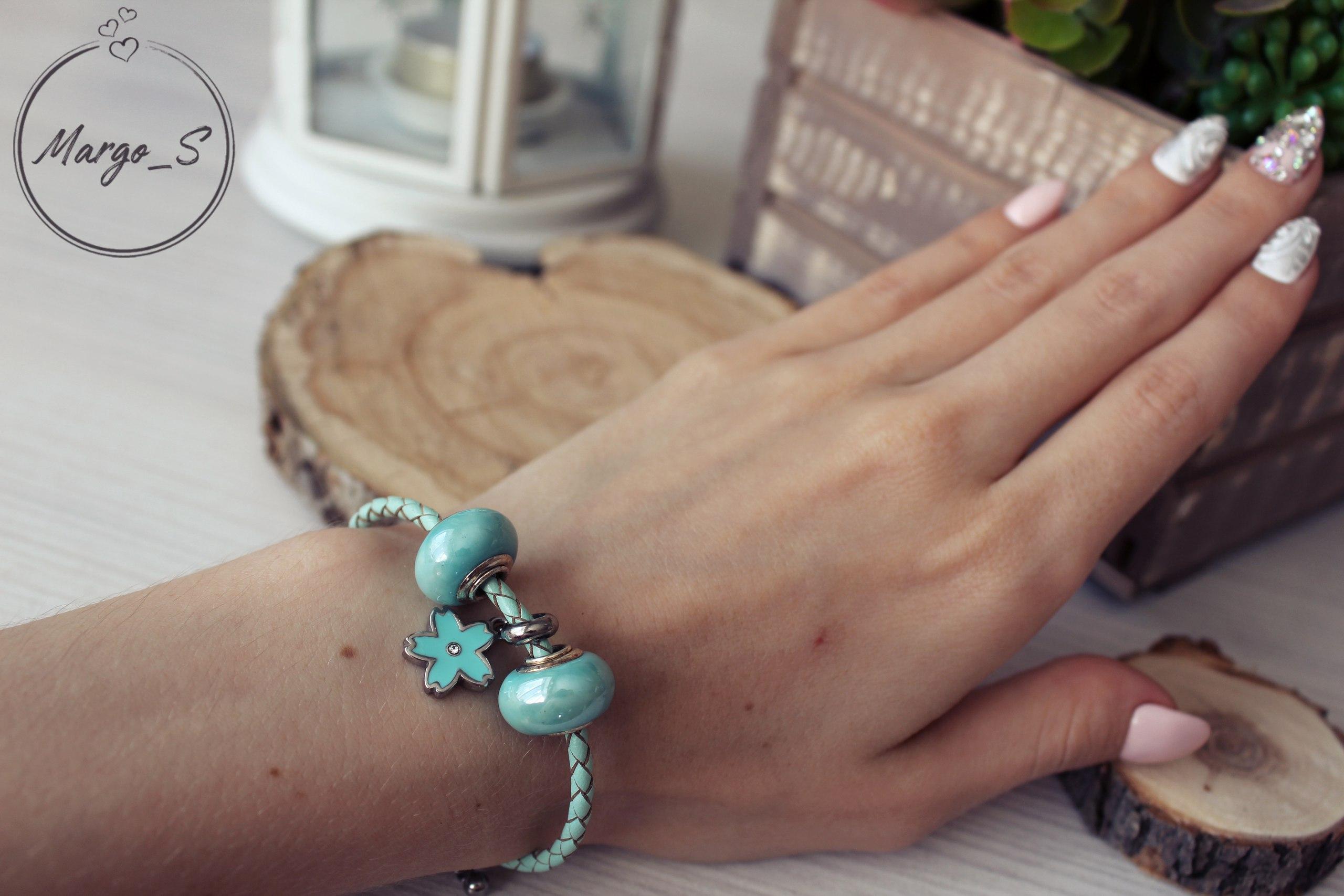 Плетеный браслет с тремя шармами в нежно-голубой гамме за 200 руб из магазина QGGLE
