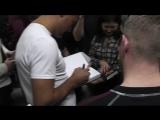 Сергей Ковалев раздает автографы в фитнес клубе