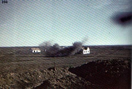 Момент попадания немецкого снаряда в дом, где засели бойцы Красной Армии. 1942 год.