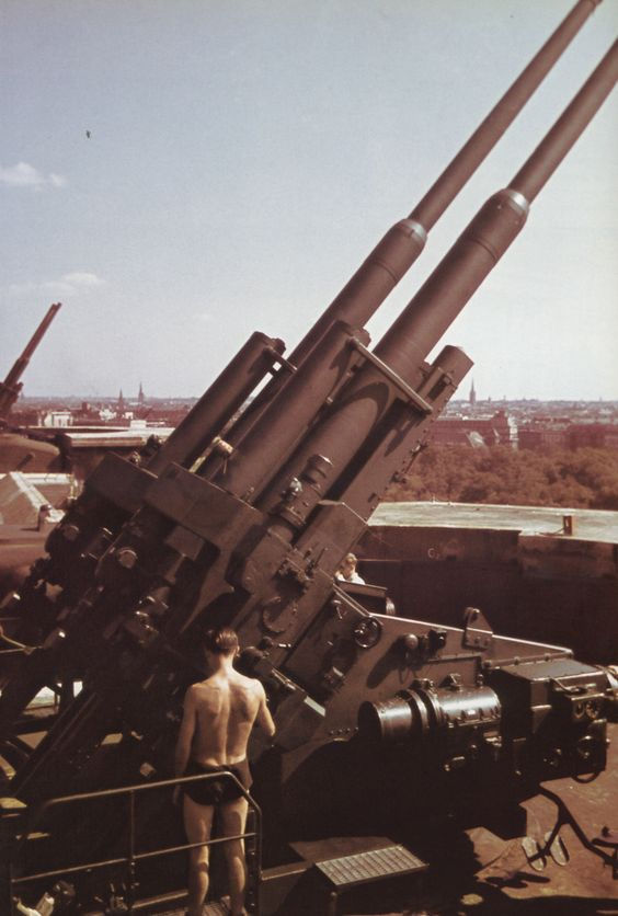 Спаренные установки 128-мм зенитных орудий FlaK 40 на Flakturm в Вене, Вторая мировая.