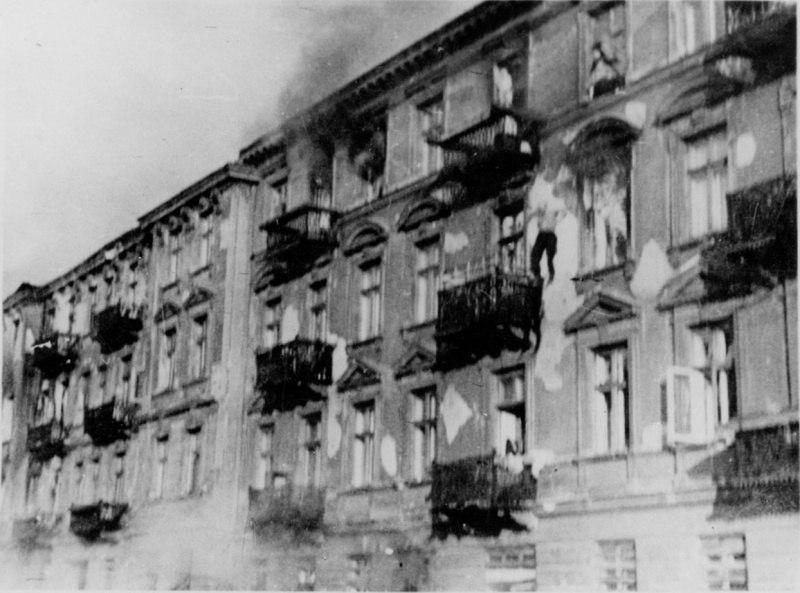 Еврей выпрыгивает из окна здания во избежание захвата в ходе восстания в Варшавском гетто. Улица Низкая (Ulica Niska) дома №23 и №25, 1943 год.
