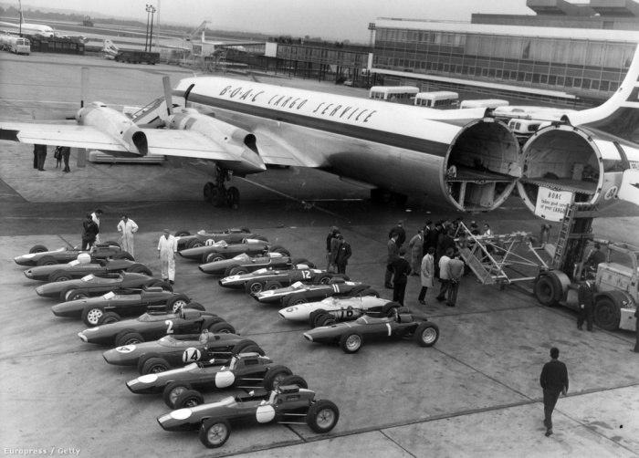 Погрузка болидов «Формулы–1» в самолет, Лондон, 1963 год.