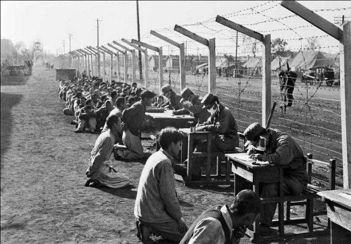 Допрос военной полицией Южной Кореи северокорейских военнопленных, Пхеньян, 1950 год.