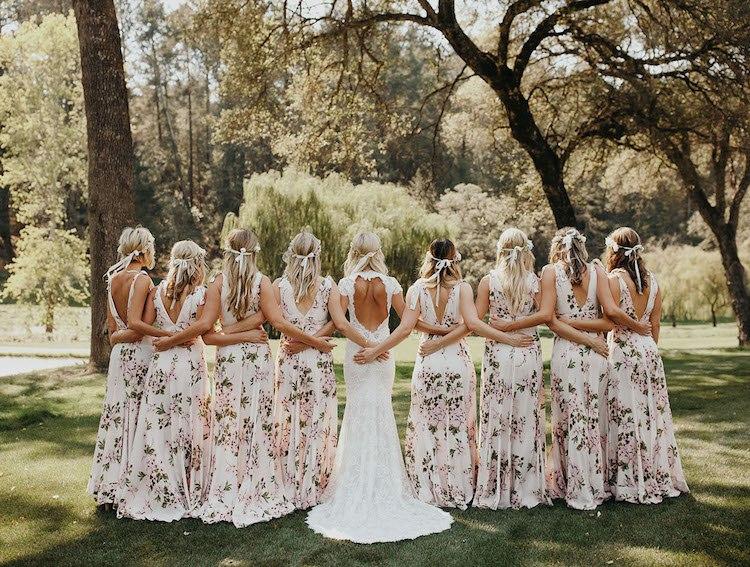 Цветочные платья подруг невесты - тренд на подиуме свадебной моды. Сайт ведущего на свадьбу Волгограда Павла Июльского. Заказать проведение торжества, ведущего на свадьбу можно по тел: +7(937)-727-25-75 и +7(937)-555-20-20