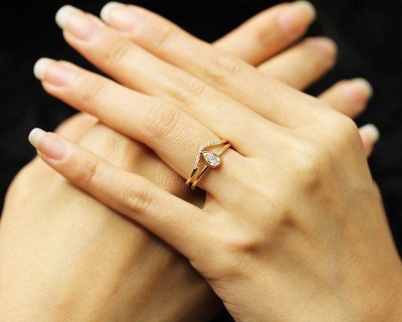 Совет в выборе обручального кольца от свадебного ведущего Волгограда. Сайт ведущего на свадьбу, тамада на юбилей, ведущий на праздник. Заказать услуги тамады можно по тел. в Волгограде: +7(937)-727-25-75 и +7(937)-555-20-20