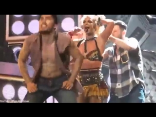 Britney Spears bra top comes undone(У Бритни Спирс, лопнул лифчик на концерте)