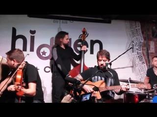 Группа Аричикаари во главе со Стасом Старовойтовым поет песню