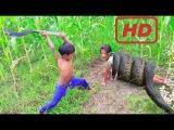 Удивительная Умная Маленькая Сестра И Брат Поймать Больших Змей С Помощью Масля...