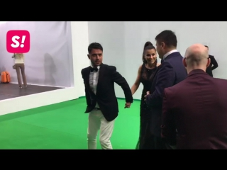 Неизвестный поцеловал Ани Лорак в грудь и пятую точку на ковровой дорожке премии МУЗ-ТВ