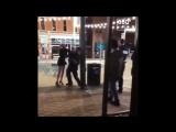 Стандартный арест_ полицейский бросил через плечо вступившуюся за своего парня. США.