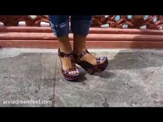 Великолепные ножки очаровательной девушки!Потрясающий педикюр и прекрасные босоножки!Это просто супер!