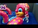 Ребенок играет в игровой комнате с другими детьми Канал и видео для детей и малы ...