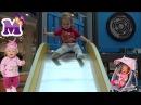 Кукла БЕБИ БОРН и ребенок катается на горке в развлекательном центре Детский ...