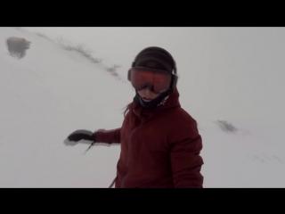 Девушка,катаясь на сноуборде,не заметила как за ней гнался медведь