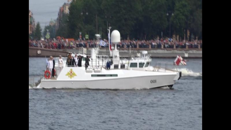Парад принимает главнокомандующий, катер 001.