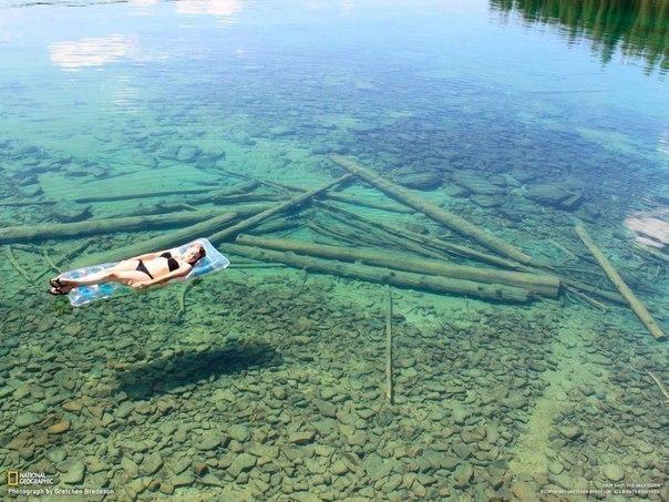 Озеро Эшли в штате Монтана, США. Вода здесь настолько прозрачная, что