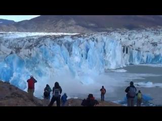 Обрушение массивной части ледника на глазах у туристов
