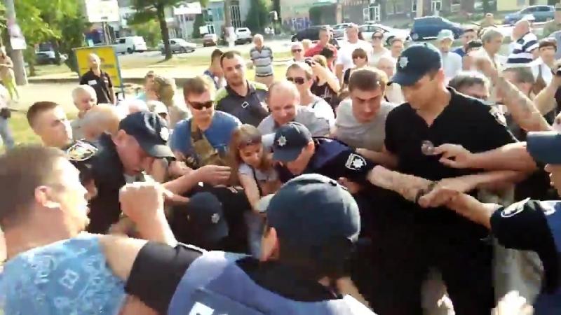 Новый патрульный Николаева наступил ногой на лицо человеку, который в наручниках