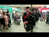 Участники фестиваля Спасская башня дали концерт шотландской музыкипрямо ваэропорту