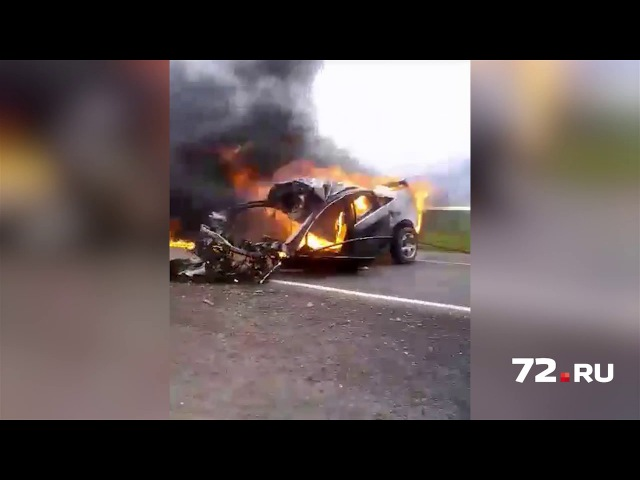 Последствия столкновения Ауди и грузовика Рено в Тюменской области