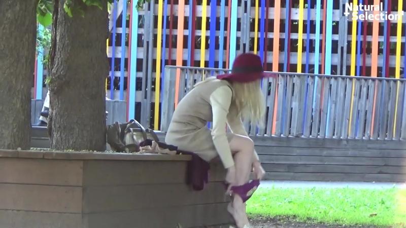 Девушка в колготках сняла трусики в обмен на новые.