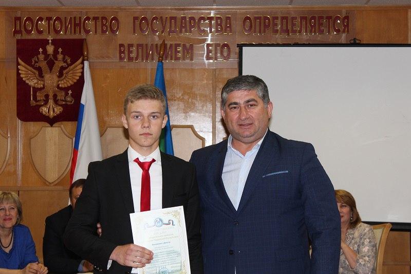 Школьников из Зеленчукского района наградили за участие в олимпиаде по вопросам избирательного права