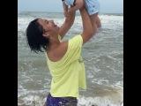 Виктория Берникова продолжает знакомить своего сына Лёву с морем