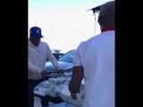 Флойд Мейвейзер загружает гонорар в багажник автомобиля