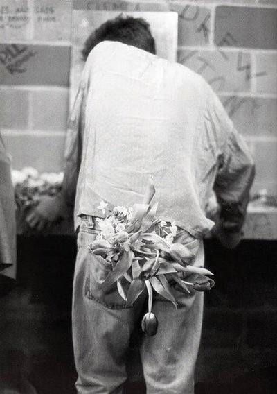 с цветами в заднем кармане
