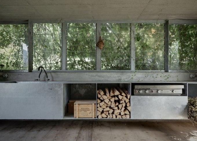 Студия Act Romegialli Architects спроектировала «зеленый ящик», отремонтировав небольшой заброшенный гараж одной из резиденций в Альпах.