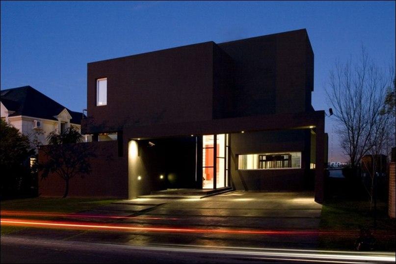 Студия Andres Remy Architects спроектировала черный дом в пригороде Буэнос-Айреса, Аргентина.