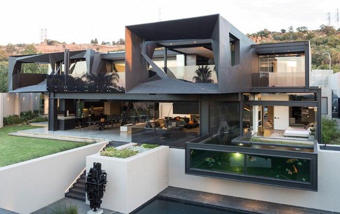 На окраине Йоханнесбурга (ЮАР) появился массивный особняк с динамичным скульптурным фасадом.