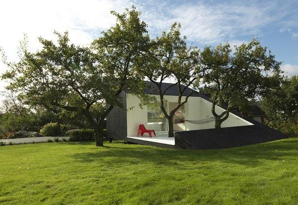 В период экономического кризиса, отразившегося на строительстве, архитекторы во всем мире принимают вызов, проектируя частные домики небольших размеров.
