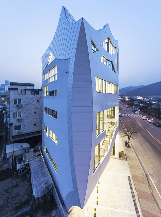 Корейская компания IROJE KHM Architects реализовала строительство многофункционального здания под названием Archi-FIORE.