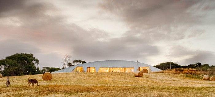 Австралийский архитектор James Stockwell спроектировал загородный дом в форме полумесяца на южном побережье Виктории, принимая во внимание  пожелания владельцев относительно их будущего жилья, которое с одной стороны имело бы прекрасный вид из окон, но также было бы достаточно приватным и хорошо вписывалось в ландшафт.