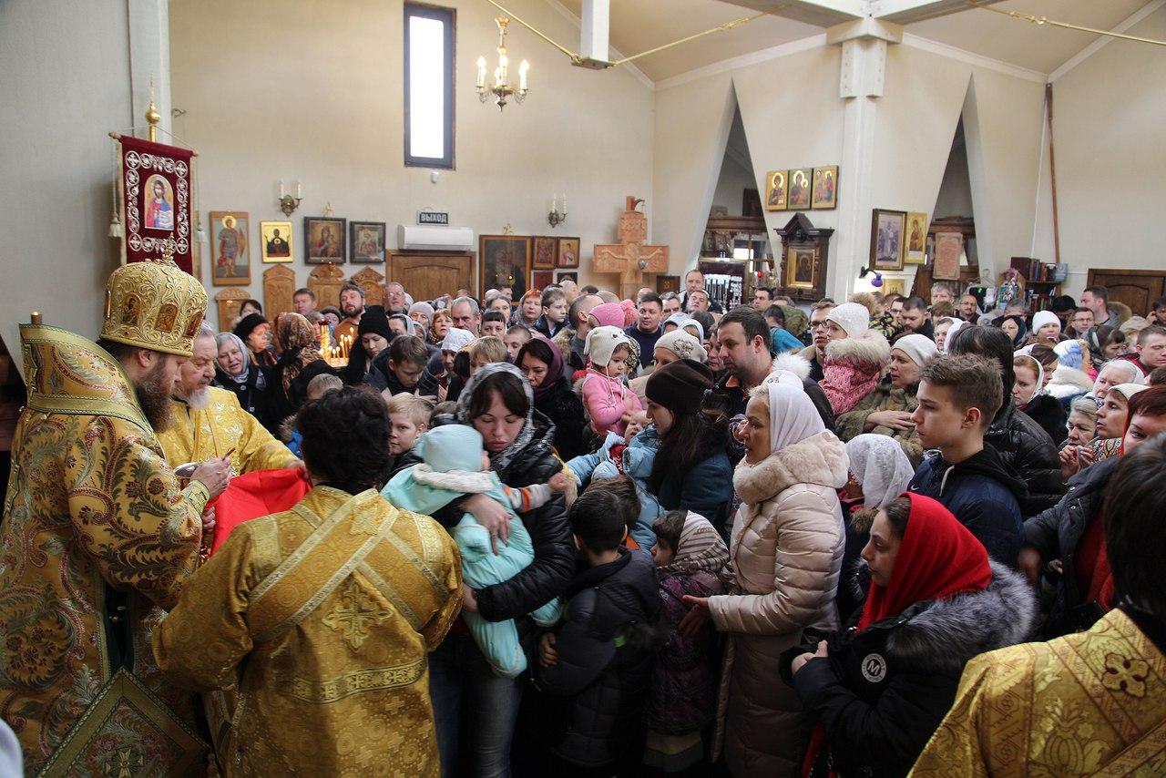 Для прихода храма Воскресения Словущегов Марьинском парке освящен иконостас ручной работы