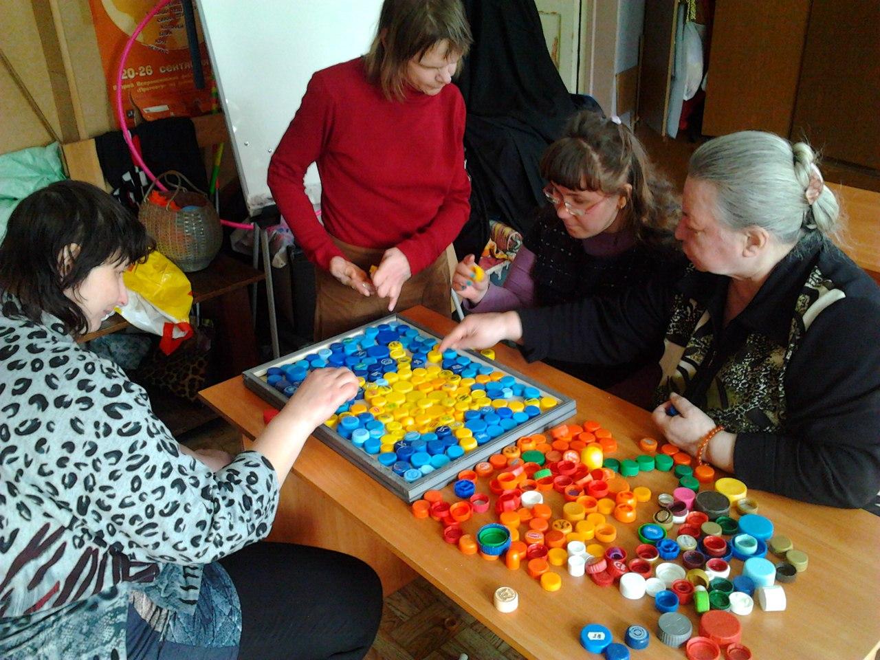 В клубе инвалидов «Вера» мастер-класс по выполнению декоративного узора из пластмассовых крышек