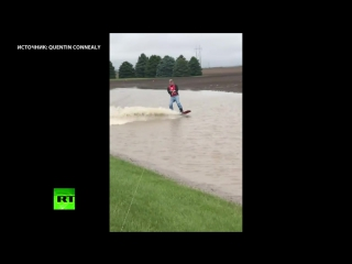 Фермер проехал по затопленным сельскохозяйственным полям на вейкборде