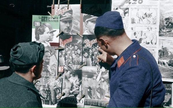 """Полтава, немец с итальянцем высматривают новый выпуск журнала """"Сигнал""""."""