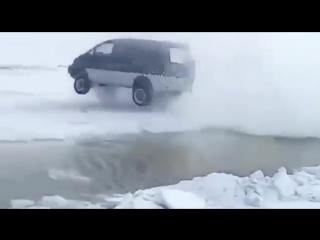 В Якутии микроавтобус перепрыгнул через опасный разлом на льду
