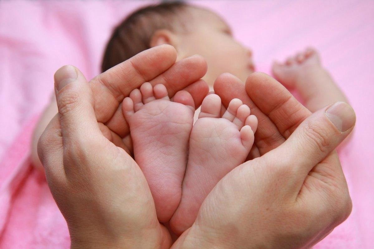 Сказка картинки, картинки ножки младенца в руках