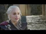 Emilia, Nathalie e Peter comentam a chegada de Daenerys.