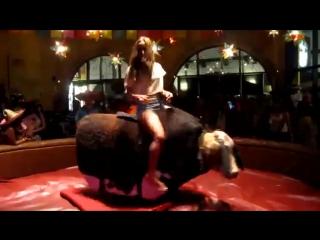 Девушка на быке дает жару)