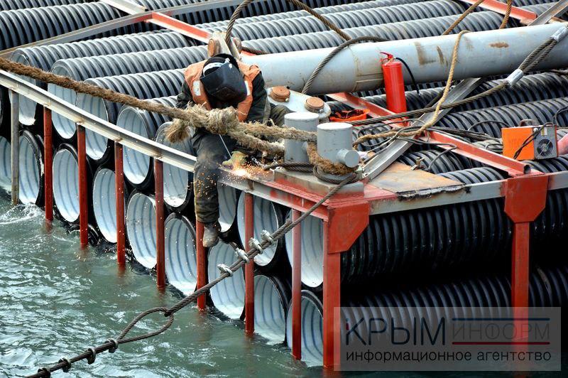 Штормом прибило к берегу десятки труб со стройки Керченского моста - Цензор.НЕТ 3392